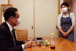 Ứng viên thủ tướng Nhật Bản bị chỉ trích vì đăng ảnh vợ đeo tạp dề
