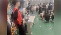 Phẫn nộ trước hành động quản lý ném thẻ tên xuống sàn bắt nhân viên cúi nhặt