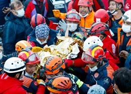 Bé gái 3 tuổi được cứu sống sau 65 giờ bị vùi lấp trong trận động đất ở Thổ Nhĩ Kỳ