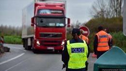 Xe tải chở người nhập cư bất hợp pháp bị phát hiện tại Séc