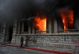 Người biểu tình phóng hỏa tòa nhà Quốc hội Guatemala