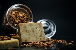 Bánh xà phòng đắt nhất thế giới làm từ bột vàng và kim cương