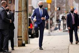 Ông Biden xuất hiện với giày phẫu thuật, chân tập tễnh sau tai nạn rạn xương