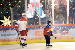 Tổng thống Nga dạy trẻ em chơi khúc côn cầu