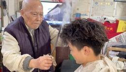 Cửa hiệu cắt tóc bằng thanh sắt nóng tại Trung Quốc