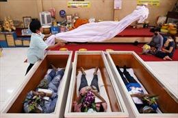Người Thái Lan thực hiện nghi lễ đám tang giả để cầu may