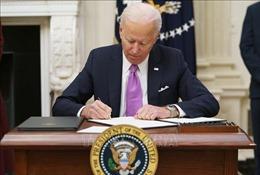 Tổng thống Mỹ ký sắc lệnh về chăm sóc sức khỏe và bỏ lệnh cấm tài trợ nạo phá thai