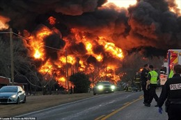 Đoàn tàu chở dầu Mỹ đâm vào xe tải, phát nổ kinh hoàng