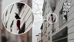 Người mẹ ném 4 đứa con qua cửa sổ tòa nhà bốc cháy dữ dội tại Thổ Nhĩ Kỳ