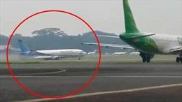 Video máy bay Boeing 737 của Indonesia trượt khỏi đường băng, lao xuống đồng cỏ