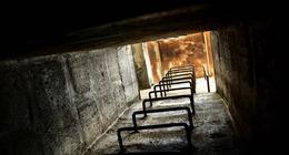 Người phụ nữ Mỹ phát hiện hầm trú bom thời Chiến tranh Lạnh dưới phòng ngủ