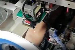 Xem robot lấy máu xét nghiệm cho bệnh nhân ở Trung Quốc