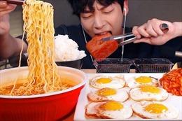 Trung Quốc ngăn chặn trào lưu sản xuất video ăn uống vô độ 'mukbang'