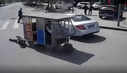 Lái xe dũng cảm chặn xe ba bánh kéo lê người phụ nữ ở Trung Quốc