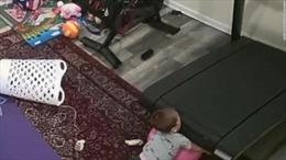 Video kinh hoàng bé trai 2 tuổi bị cuốn vào máy chạy bộ