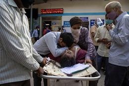 Thảm kịch bệnh nhân COVID-19 chết la liệt trên cáng ngoài bệnh viện Ấn Độ