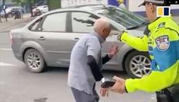 Cảnh sát Trung Quốc bị chỉ trích gay gắt vì xịt hơi cay vào mặt cụ ông