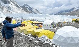 Dịch COVID-19 bùng phát mạnh trên đỉnh Everest, ít nhất 100 người mắc bệnh