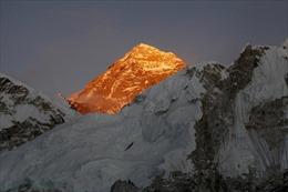 Hàng trăm nhà leo núi vẫn quyết chinh phục đỉnh Everest bất chấp dịch COVID-19