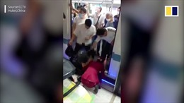 Thót tim giải cứu bé trai 2 tháng tuổi bị rơi xuống khe hẹp tàu điện ngầm