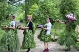 Các thôn nữ Trung Quốc trình diễn thời trang để chào bán nông sản
