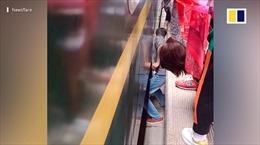Cận cảnh giải cứu cậu bé 4 tuổi bị rơi xuống khe tàu hoả ở Trung Quốc