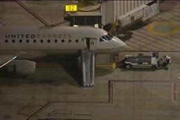 Hoảng hồn người đàn ông nhảy khỏi máy bay đang di chuyển tại Mỹ