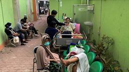 Bệnh nhân COVID-19 Indonesia chật vật tự cách ly và điều trị tại nhà