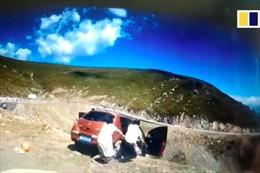 Thót tim hành khách cố thoát khỏi chiếc xe đang lao xuống vực ở Trung Quốc