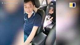 Cảm động người bố đơn thân bại liệt vừa lái taxi vừa trông con