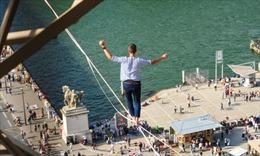 Thót tim cảnh đi trên dây từ tháp Eiffel qua sông Seine ở độ cao 70m