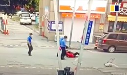 Video cán bộ quản lý đô thị đẩy ngã cụ già bán hàng rong 72 tuổi gây phẫn nộ ở Trung Quốc