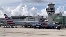 Hành khách mở cửa thoát hiểm, đi bộ trên cánh máy bay tại Mỹ