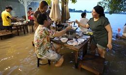 Nhà hàng Thái Lan gây sốt khi mở cửa đón khách ăn uống trong nước lũ