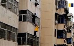 Video người giao hàng trèo lên tầng 3 tòa nhà cứu bé gái 4 tuổi treo lơ lửng