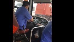 Xử lý nghiêm lái xe buýt mải nhắn tin điện thoại, điều khiển xe bằng khuỷu tay