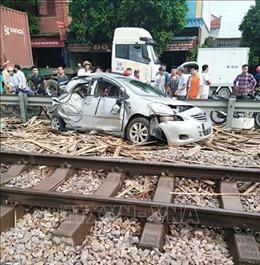 Ngành đường sắt kêu gọi dừng lại quan sát trước khi qua đường ngang