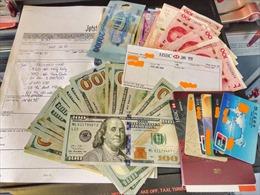 Du khách quốc tế được trao trả số ngoại tệ trị giá trên 125 triệu đồng bỏ quên