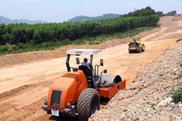Nhộn nhịp thi công trên cao tốc Bắc Nam đoạn Cam Lộ - La Sơn