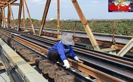 Công nhân cặm cụi bảo trì đường ray cầu Long Biên dưới 'chảo lửa'