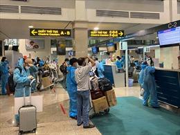 Liên tiếp hai chuyến bay đưa 330 người dân, cán bộ y tế Đà Nẵng trở về từ phía Nam