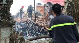 Xưởng gỗ bị thiêu rụi sau tiếng nổ lớn