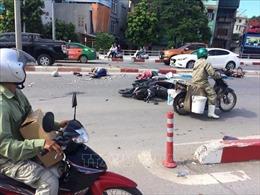Xe khách đâm hàng loạt xe máy, 5 người bị thương