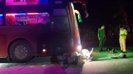 Tài xế xe ben và xe khách rượt đuổi nhau từ việc dùng đèn pha