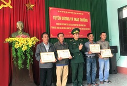 Khen thưởng bốn cá nhân nhặt được ma túy ở bờ biển giao cho lực lượng chức năng