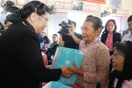 Phó Chủ tịch Thường trực Quốc hội Tòng Thị Phóng tặng quà 'Tết yêu thương' cho nhân dân các xã ven biển Hà Tĩnh