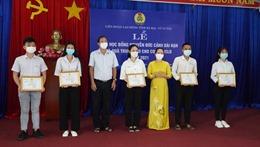 Trao học bổng Nguyễn Đức Cảnh và quà Trung Thu cho con người lao động có hoàn cảnh khó khăn