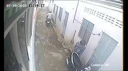 Camera ghi ghi lại cảnh 2 thanh niên trộm xe Exciter ở nhà trọ