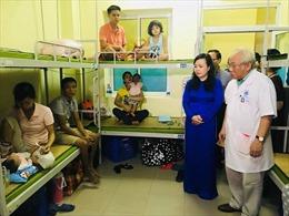 Bộ trưởng Bộ Y tế thăm bệnh nhi bị ảnh hưởng do vụ cháy gần Bệnh viện Nhi TƯ