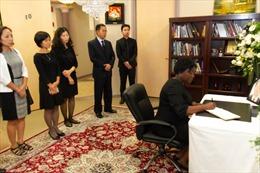 Đông đảo bạn bè quốc tế đến viếng Chủ tịch nước Trần Đại Quang tại Hoa Kỳ, Chile